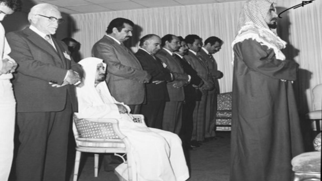 صور نادرة للشيخ ناصر الشثري وهو يرافق الملك خالد