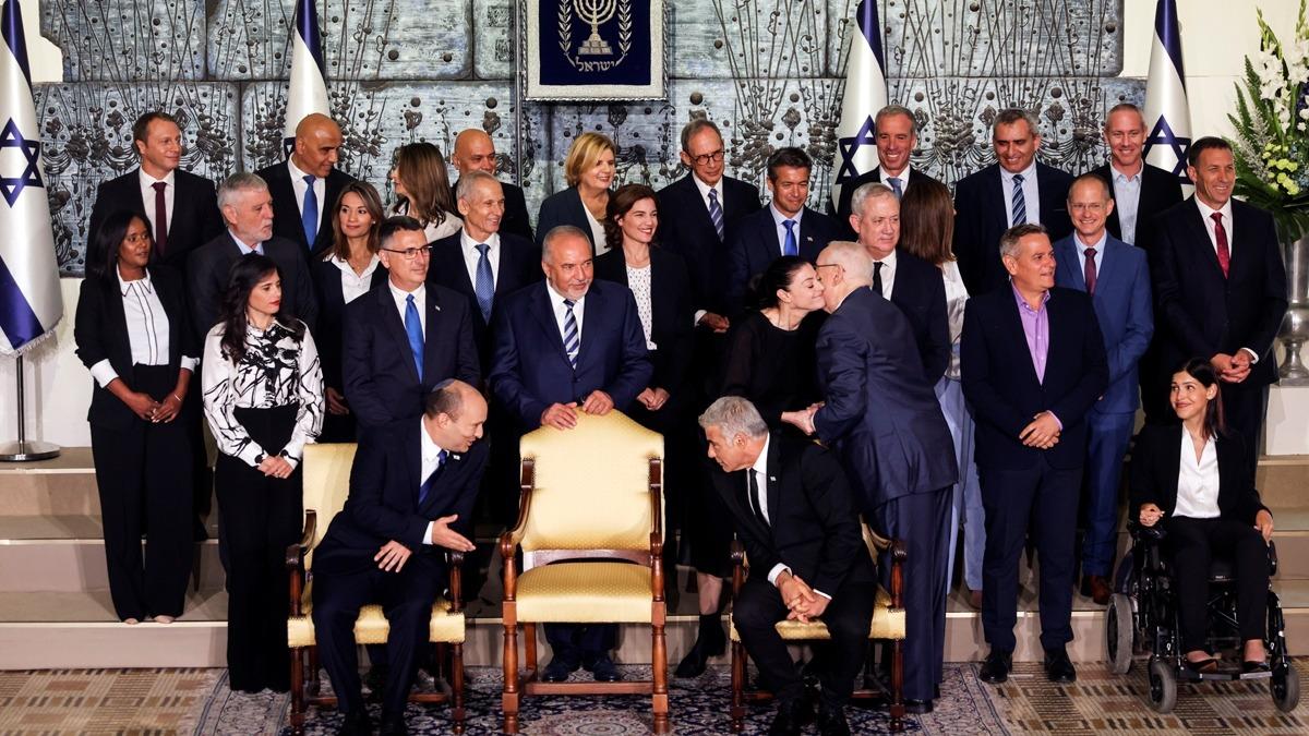 """صحيفة إسرائيلية تخفي وجوه 9 وزيرات في الحكومة الجديدة: """"حرام"""""""