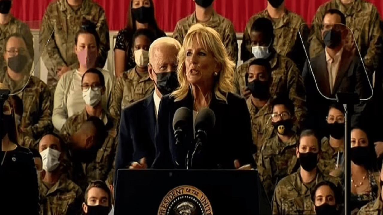 """بالفيديو.. جيل بايدن لـ زوجها أثناء حديثها مع القوات الأمريكية: """" انتبه """""""