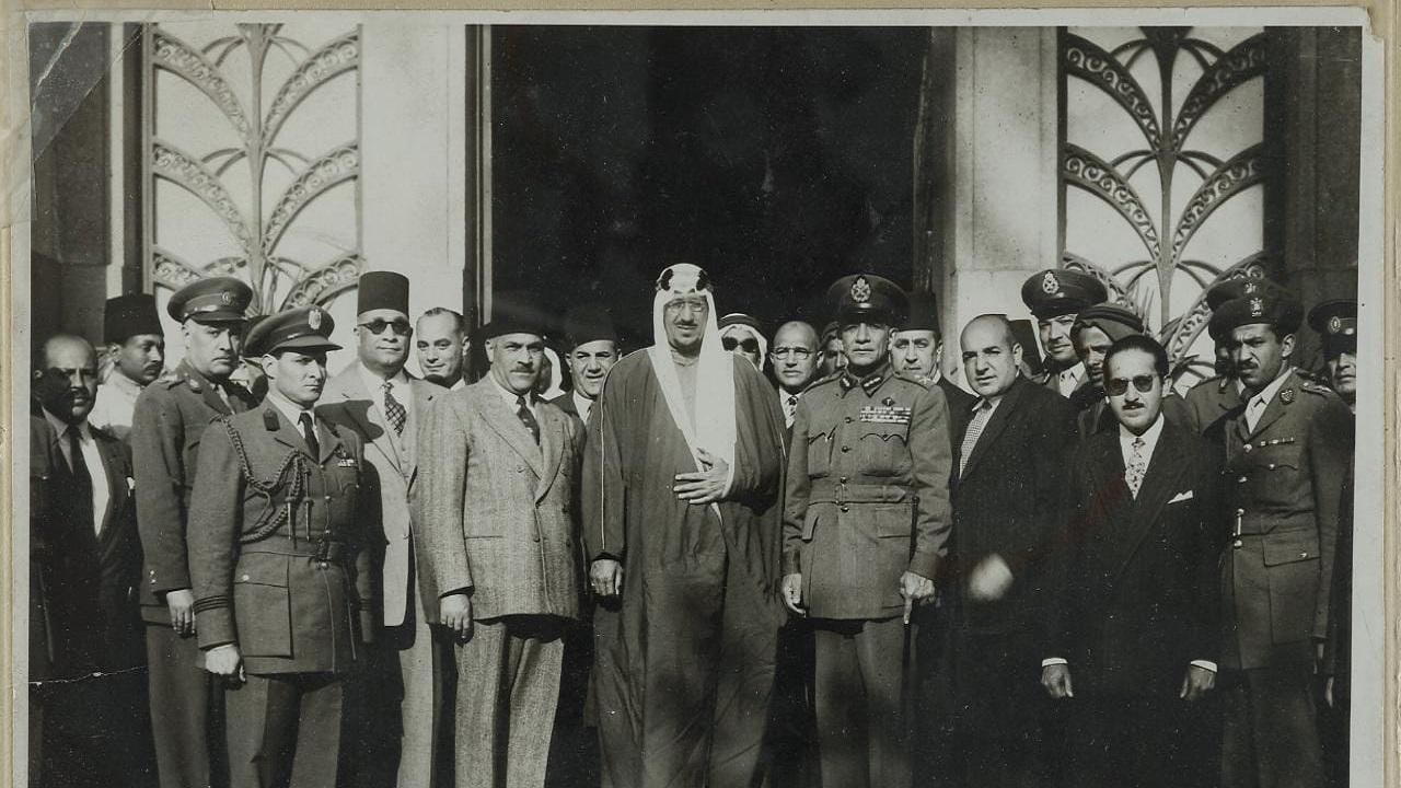 صورة نادرة للملك سعود أثناء زيارته المتحف الزراعي في مصر قبل 67 عام