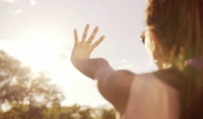 مخاطر كثرة التعرض لأشعة الشمس على العيون