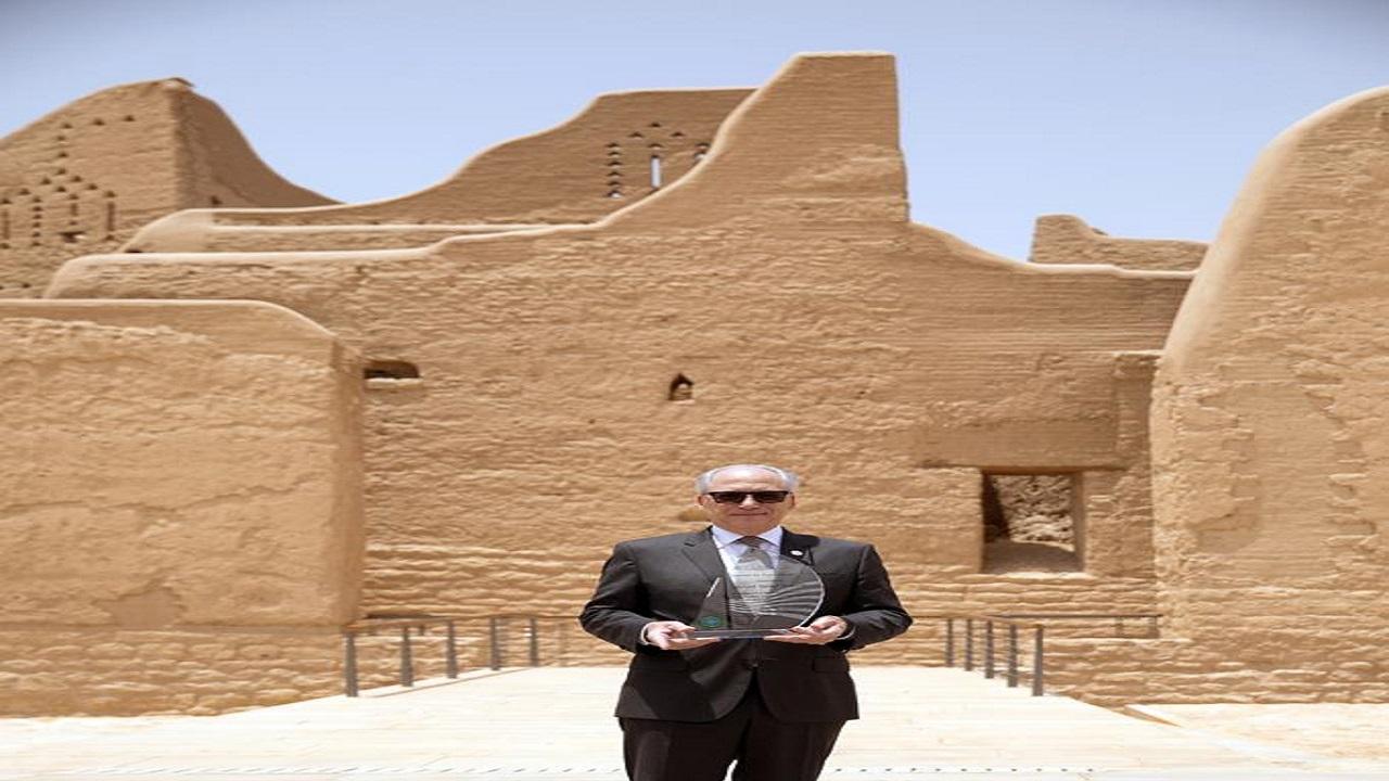 """منح جيري انزيريلو جائزة """"السياحة من أجل السلام"""" وتكريمه بحي الطريف التاريخي بالدرعية"""