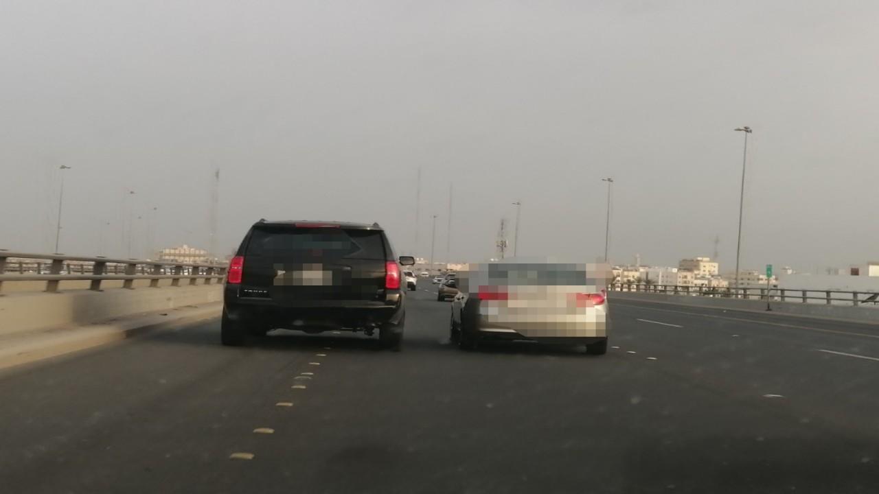 ضبط قائد مركبة تجاوز السيارات بسرعة عالية بأحد الطرق (صورة)