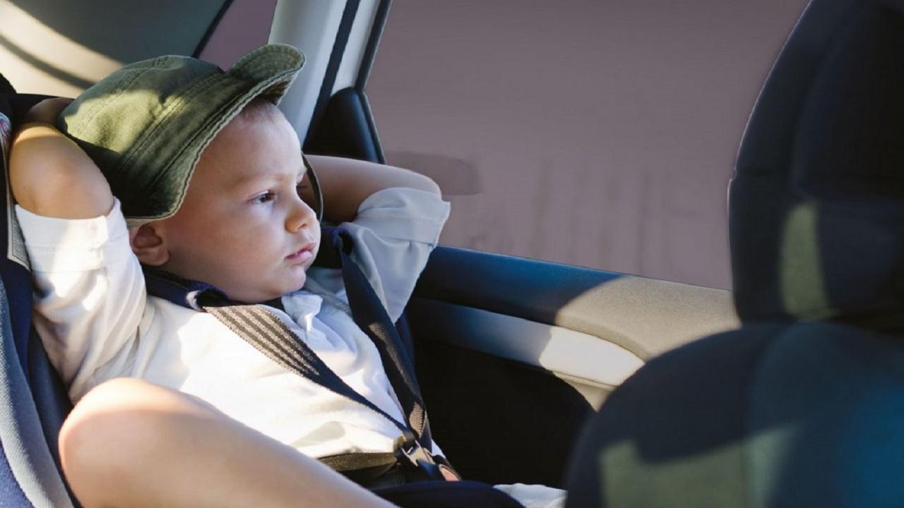 طرق لحماية أطفالك من أشعة الشمس أثناء جلوسهم داخل السيارة
