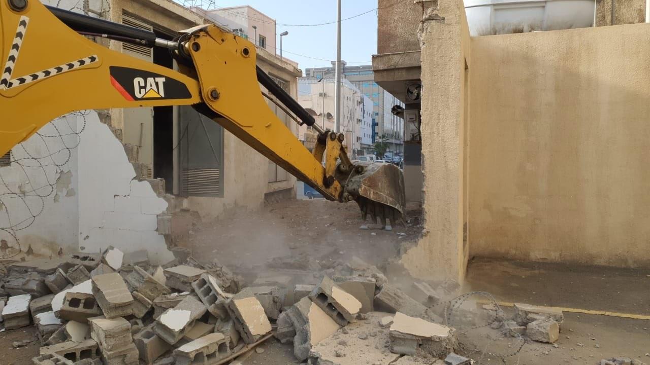 أمانة جدة تزيل عقارات مخالفة بحي البغدادية