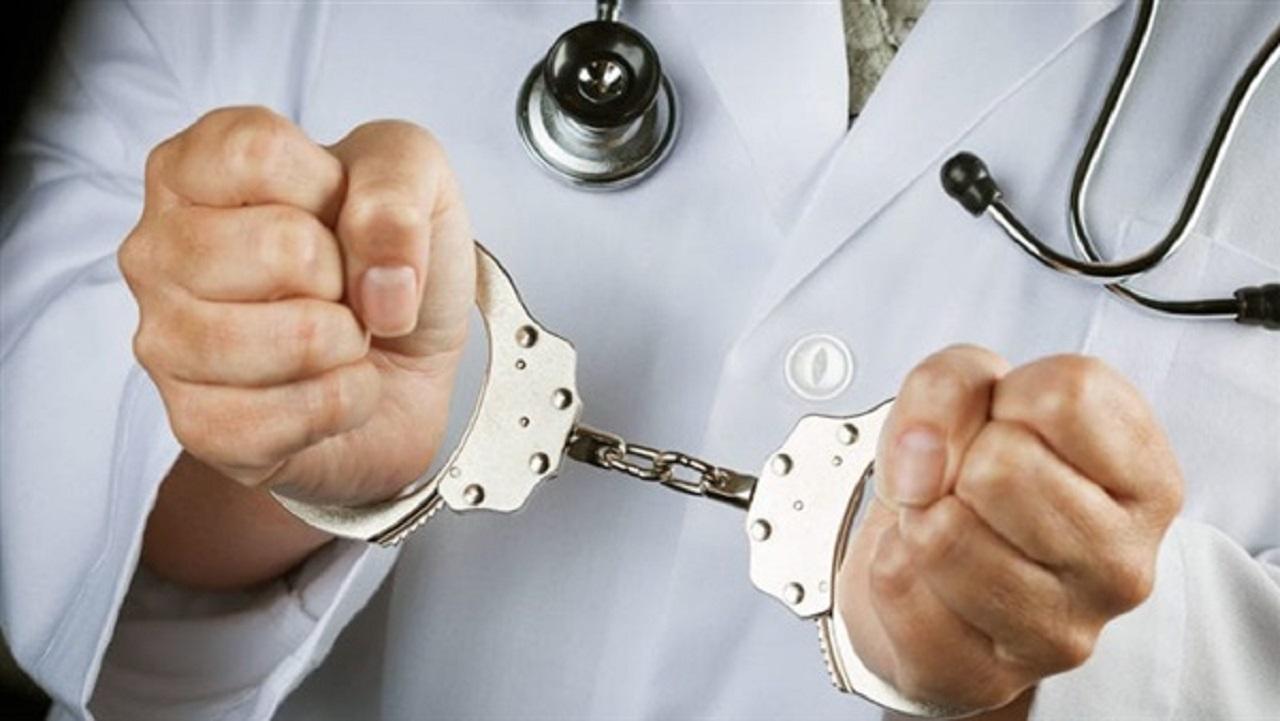 ضبط طبيب تستر على جريمة قتل