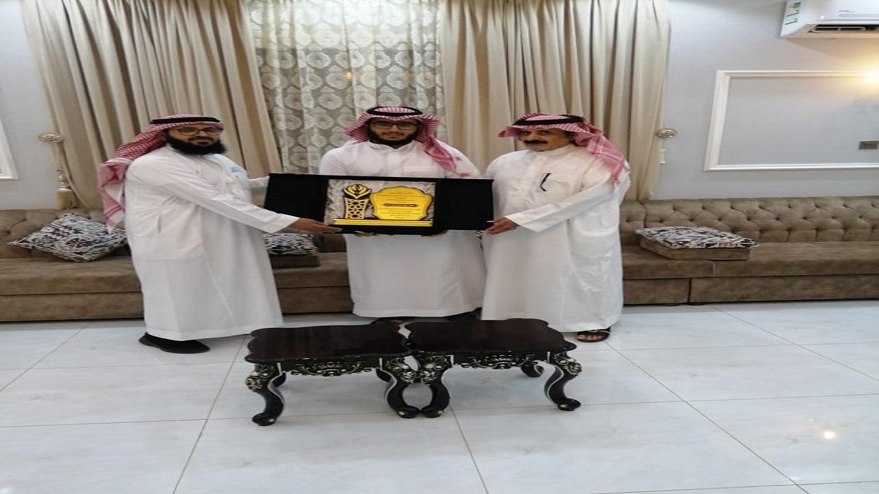 لجنة التنمية بالشعف تكرم آل مشاري والقحطاني
