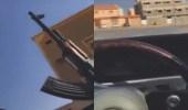 بالفيديو.. شخص يتباهى بإطلاق النار داخل حي سكني بالرياض