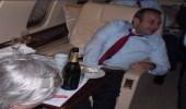 صور..مقربون من أردوغان مخمورين في طائرة خاصة