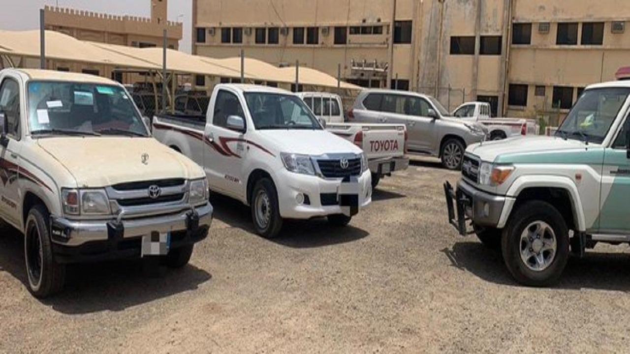 ضبط قائدي السيارات المتعدية على حديقة الملك عبدالله بالرس