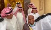 بالفيديو.. معلم يلتقي بطلابه بعد أعوام عديدة في أحد رفيدة