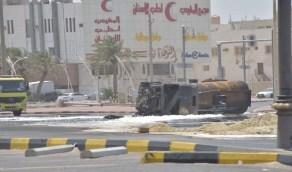 بالصور.. اندلاع حريق بصهريج وقود بعد انقلابه على طريق الخليج بالدمام