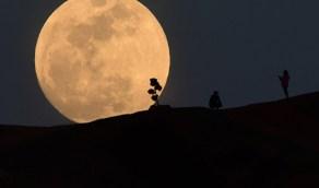 رصد وقوع القمر بالقرب من نجم قلب الاسد على قبة السماء