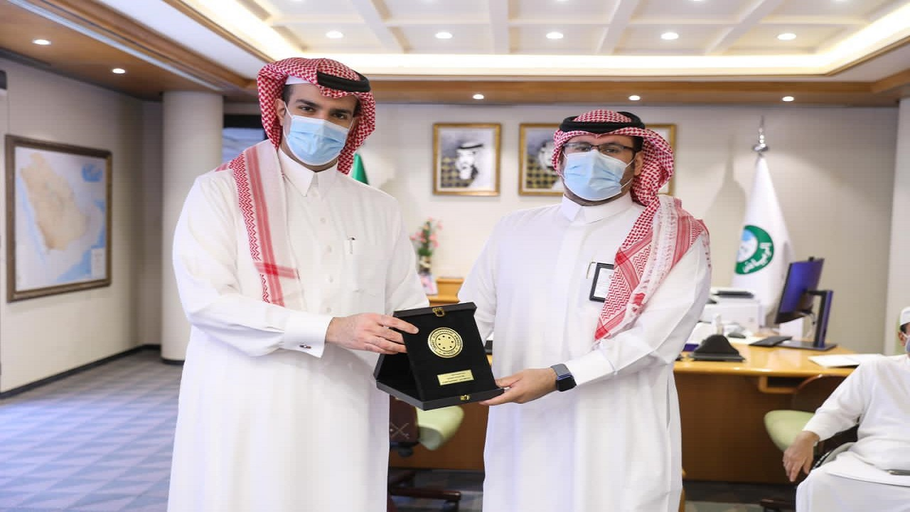 أمين منطقة الرياض يكرم الإدارات الفائزة بدرع الحكومة الذكية