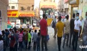شاهد.. عمالة مستهترة تضرب بالاحترازات عرض الحائط في حي الوزارات