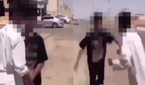 """فيديو..شبان يستفردون بآخر ويعتدون عليه و""""العنف الأسري"""" يتفاعل"""