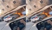 بالفيديو.. اندلاع حريق في مركبة بموقف سيارات أمام أحد المنازل