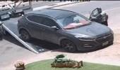 بالفيديو.. سحب سيارة مواطنة وهي بداخلها يثير الجدل
