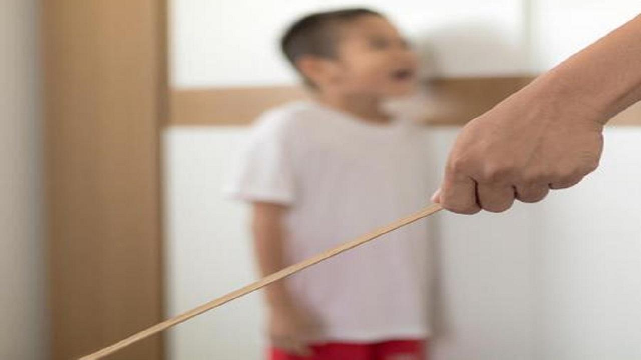 رجل يضرب ابنه حتى الموت بغرض تأديبه!