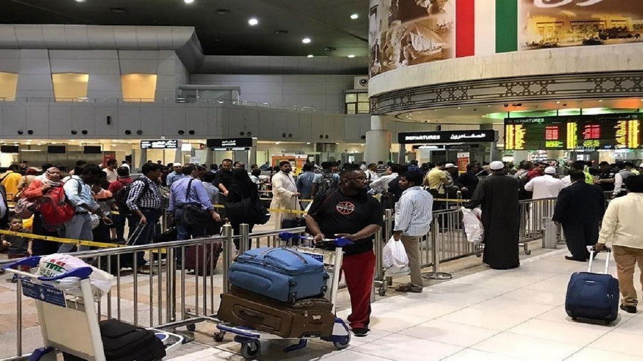 موظف كويتي يهرّب مواطن ممنوع من مغادرة البلاد
