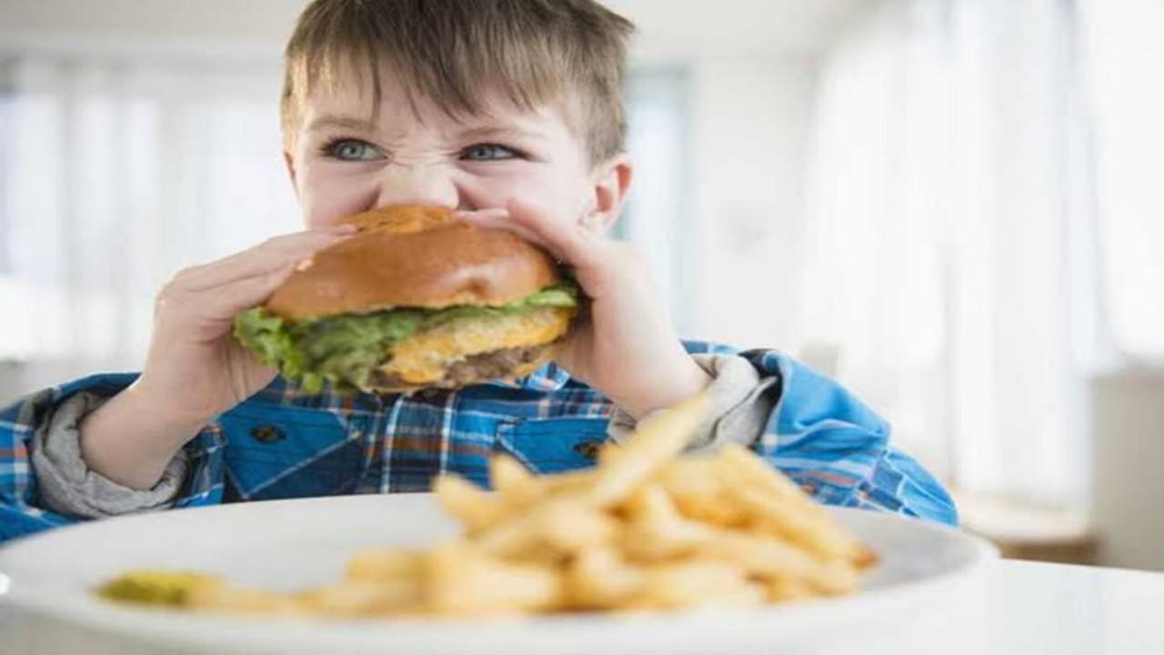 مرض خطير يصيب الأطفال بسبب تناول الوجبات السريعة