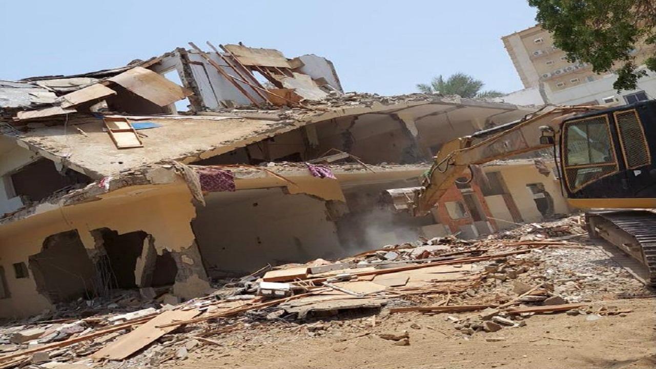 إزالة مبنى مواطن شيّده على أرض حكومية مخصصة لإنشاء حديقة في جدة