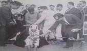 صورة نادرة للملك فيصل وهو يزرع شجرة بيديه في باكستان