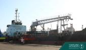 بالصور.. وصول منحة المشتقات النفطية السعودية إلى ميناء المكلا