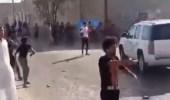 بالفيديو.. لحظة رشق رئيس الوزراء العراقي بالحجارة من المتظاهرين