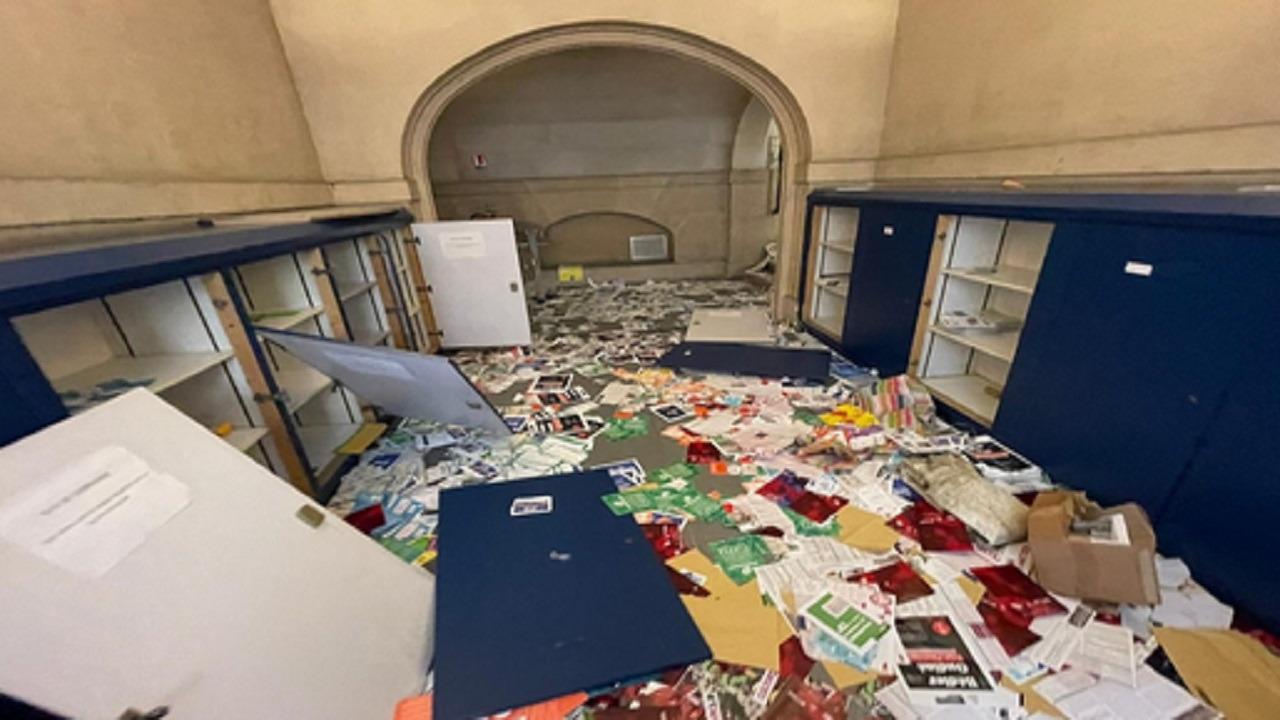 بالفيديو .. عمال نظافة يقتحمون مبنى إداريًا في باريس