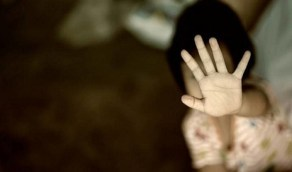 طفل يقتل شقيقته بعد فشله في التحرش بها