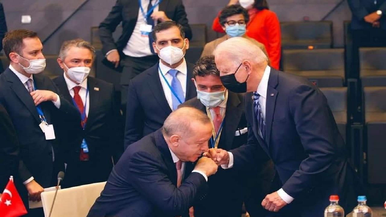 هياط أردوغان ينتهي به لتقبيل يد بايدن