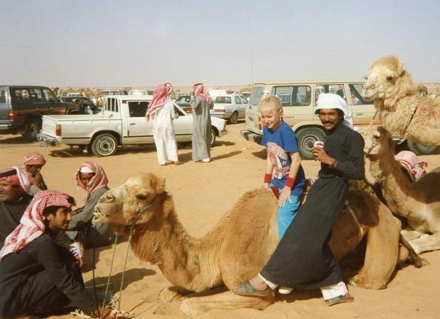طفلة أجنبية تركب الجمال في الرياض عام 1988