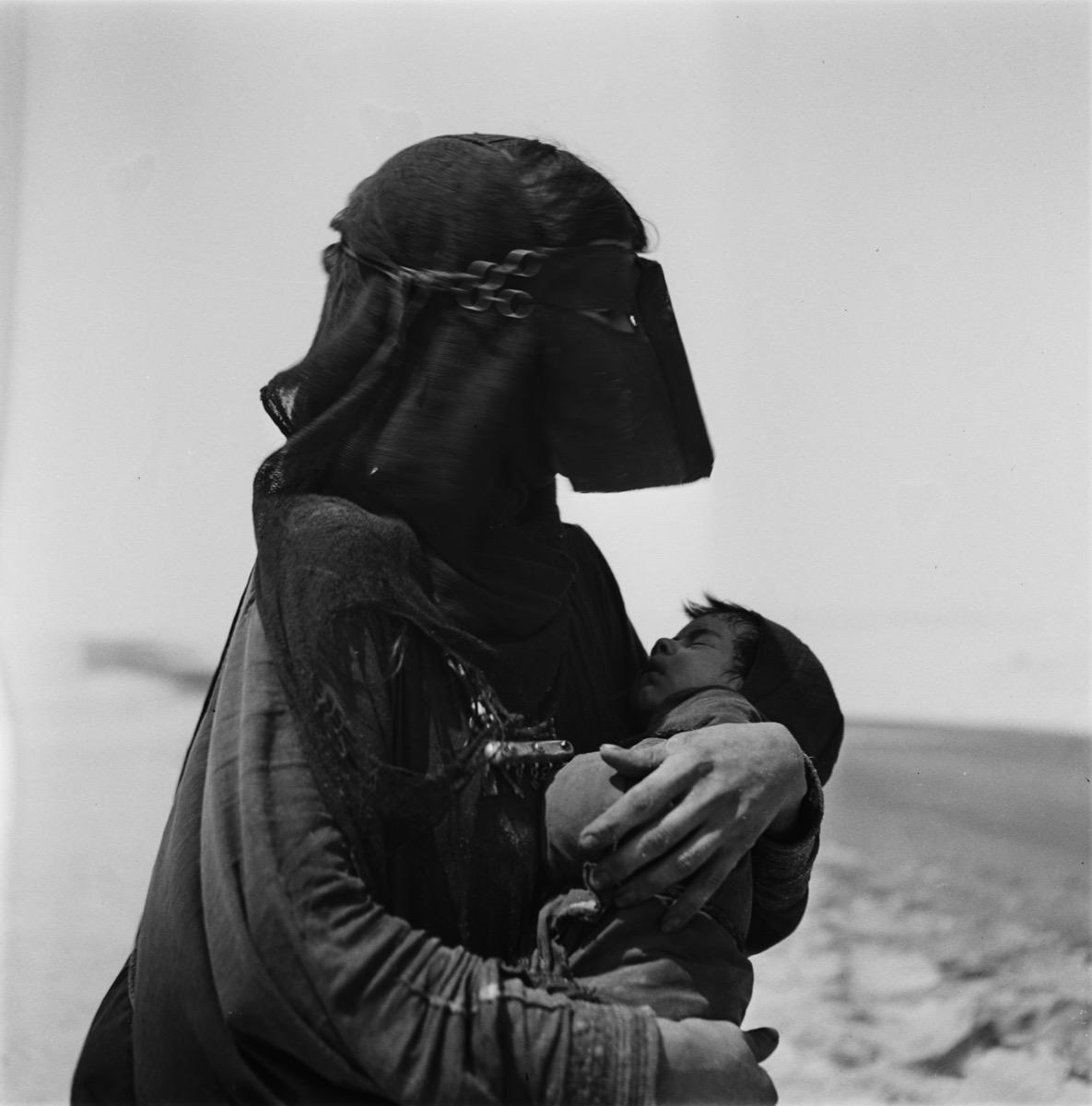 صورة قديمة ومعبرة للأمومة في المنطقة الشرقية قبل 67 عام