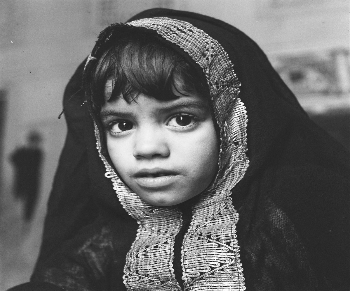 صورة جميلة لفتاة مرتدية بخنق مطرز بالشرقية