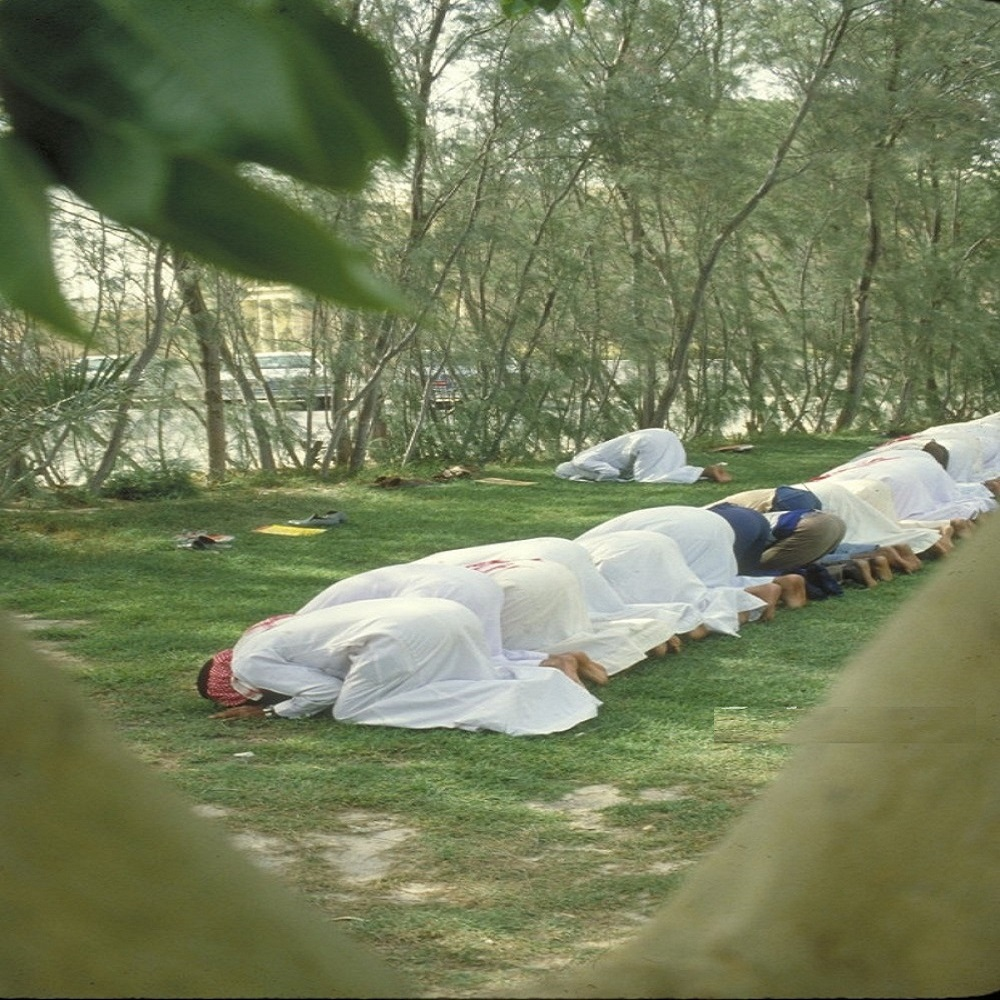 مجموعة من الطلاب يؤدون الصلاة قبل 43 عام بالشرقية