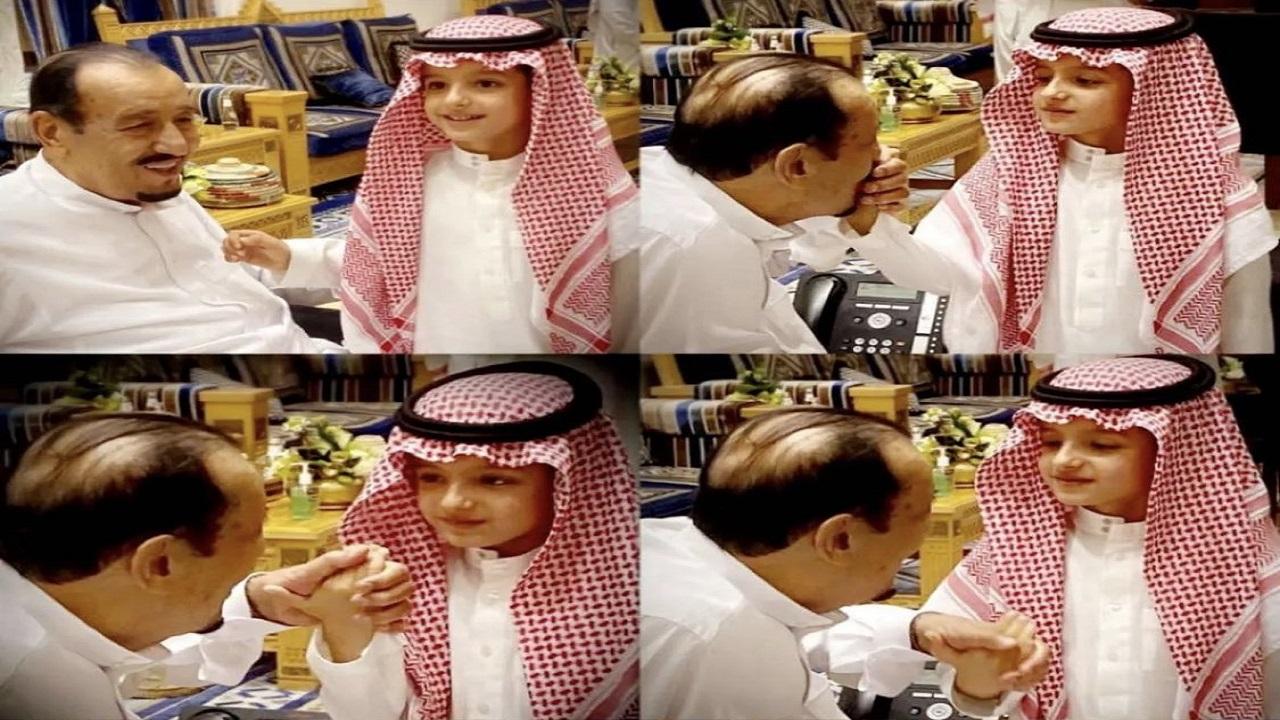 لقطات عفوية لخادم الحرمين مع حفيده الأمير عبدالعزيز بن خالد