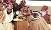 صورة عفوية تجمع الملك خالد بن عبدالعزيز بالشيخ زايد بمنصة مضمار الخيل
