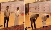 """بالصور.. """"شاموسكا"""" يؤدي الصلاة مع رئيس نادي الفيصلي"""