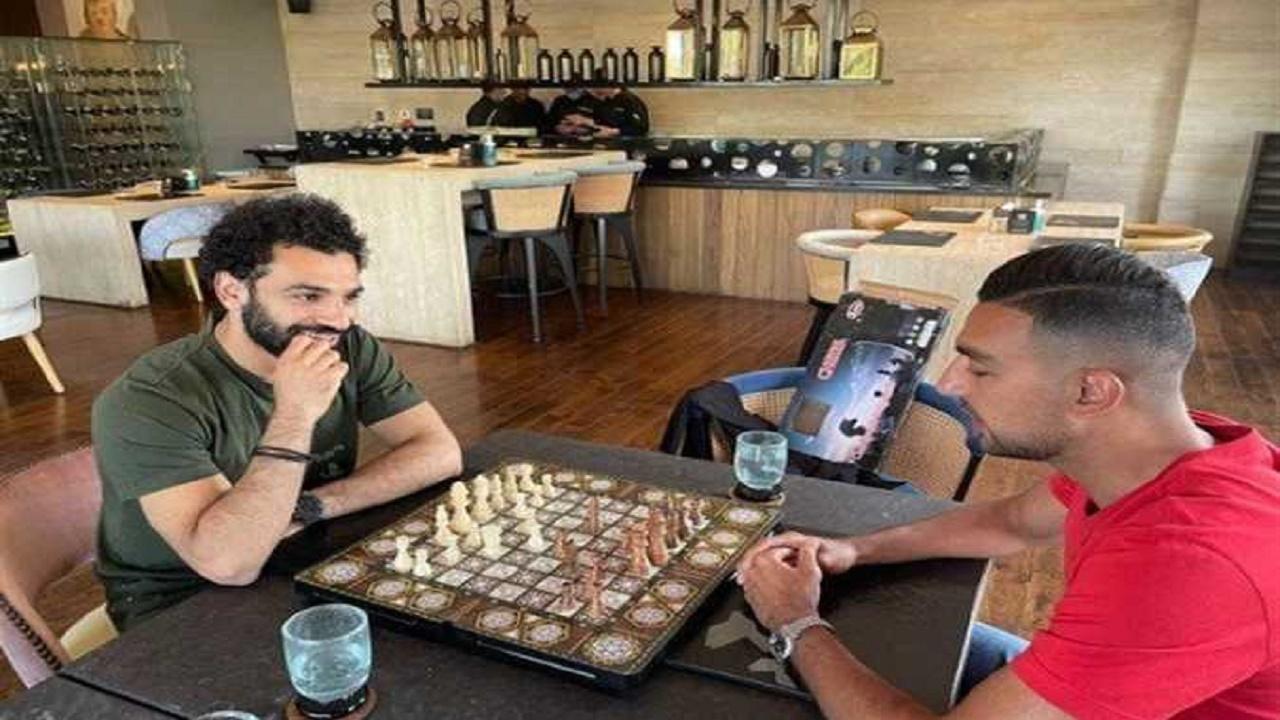 """بالفيديو.. محمد صلاح يسخر من """"كوكا"""" بسبب الشطرنج"""