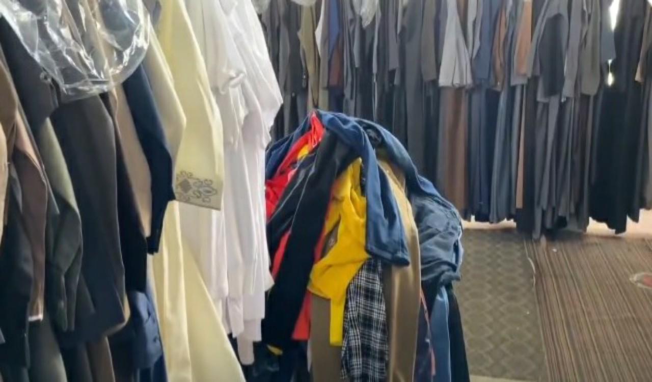 بالفيديو.. عمالة وافدة تمارس عملها خلف الملابس المستعملة وتبيع الأمراض لزبائنها