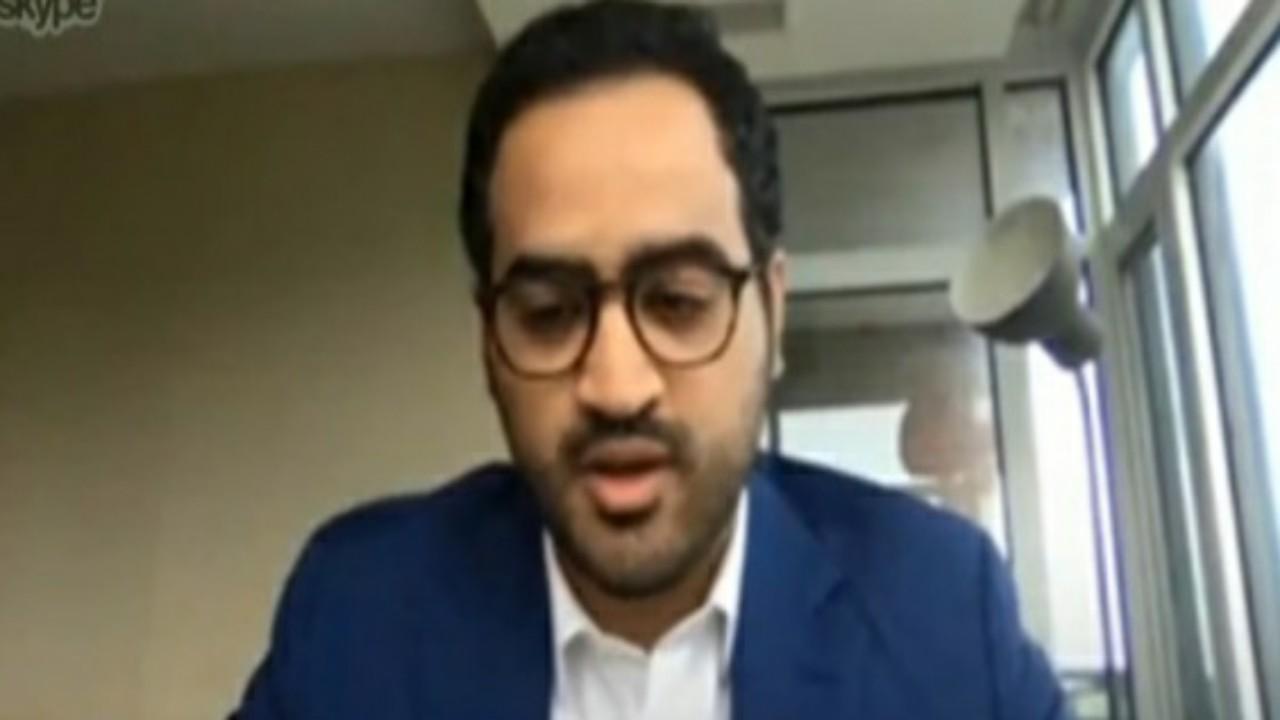 """بالفيديو.. مبتعث سعودي يستخرج """"دودة"""" خطيرة عاشت 9 سنوات في عين كندي"""