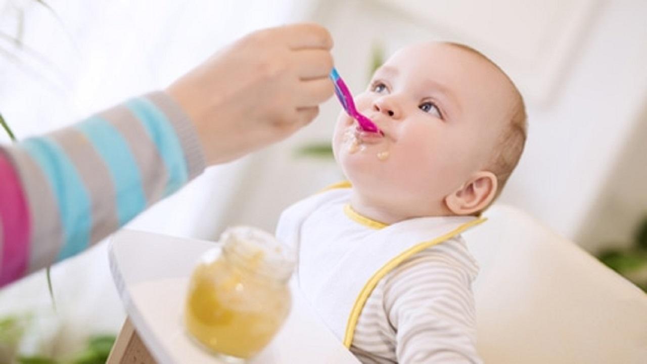 6 نصائح للحفاظ على سلامة طعام الرضع وصغار الأطفال