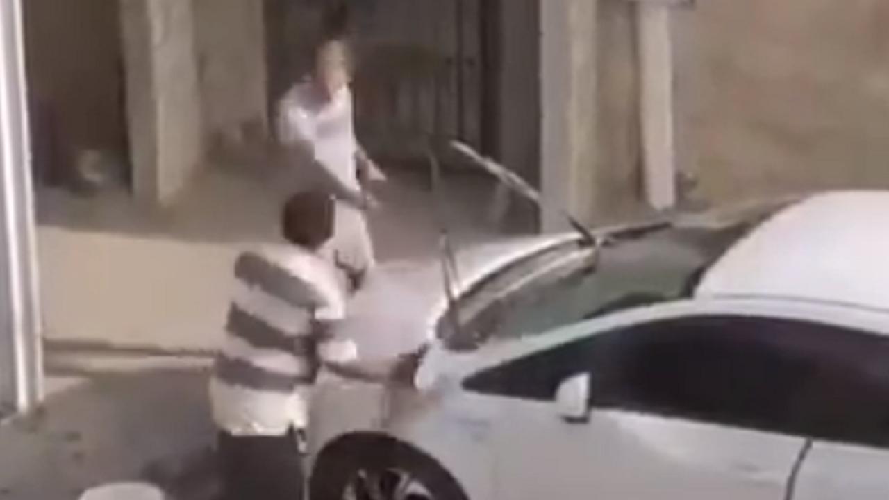 بالفيديو.. بحريني يعتدي على وافد بالضرب والإهانة أثناء عمله