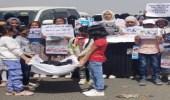 أطفال يُشيعون جثمان صديقتهم المتفحمة بهجمات الحوثي في مأرب