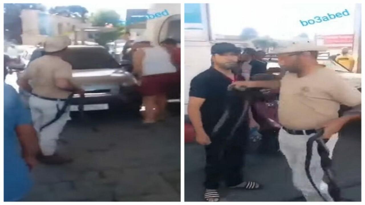 بالفيديو.. رجل يهدد أصحاب السيارات بالثعابين للحصول على الوقود في بيروت