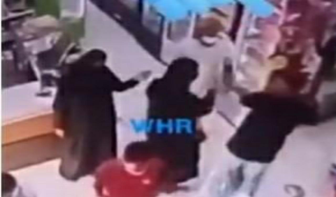 بالفيديو.. سيدة تصفع شاب على وجهه لتحرشه بفتاة داخل متجر
