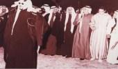 صورة نادرة للملك سعود يتقدم فيها الأمراء أثناء أداء العرضة النجدية