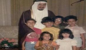 صورة نادرة للملك خالد مع أحفاده