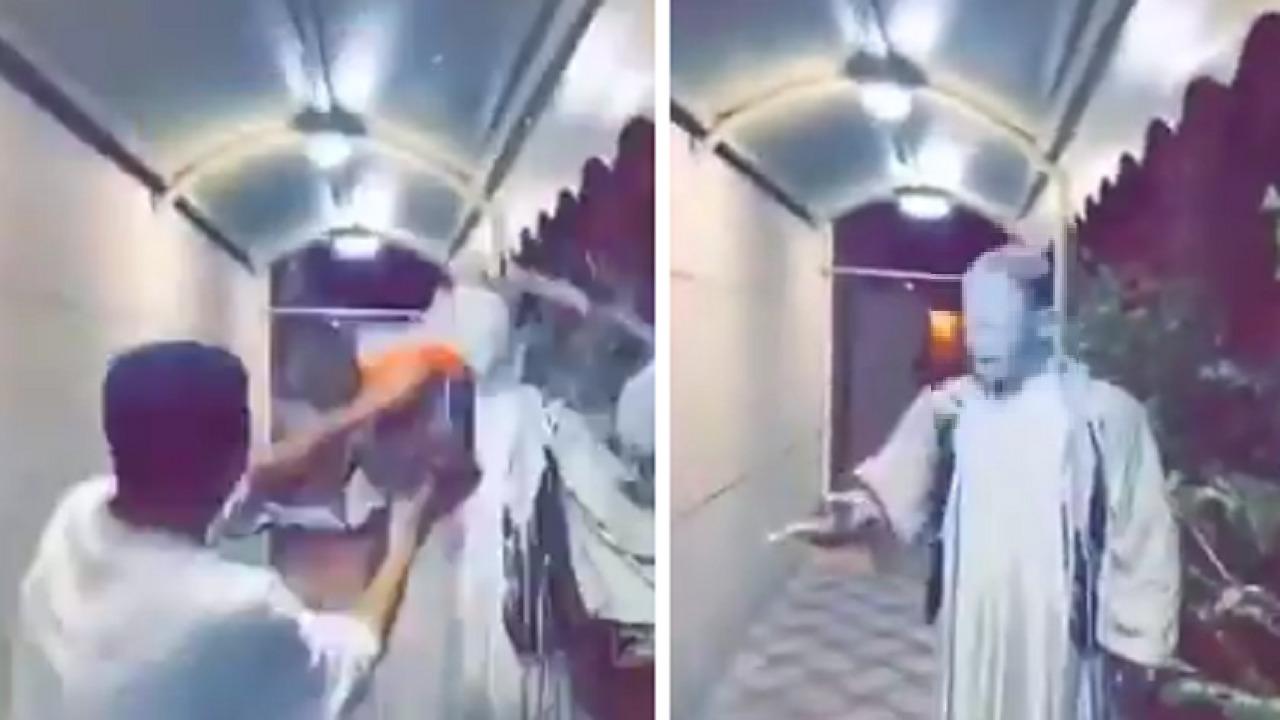 بالفيديو .. مشهور سنابي يحرض صديقه على سكب بويه على وجه عامل سوداني